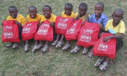 Zapato que crece, hecho para niños de escasos recursos
