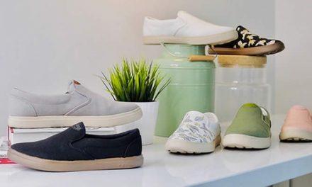Zapatos hechos de tazas de café usadas